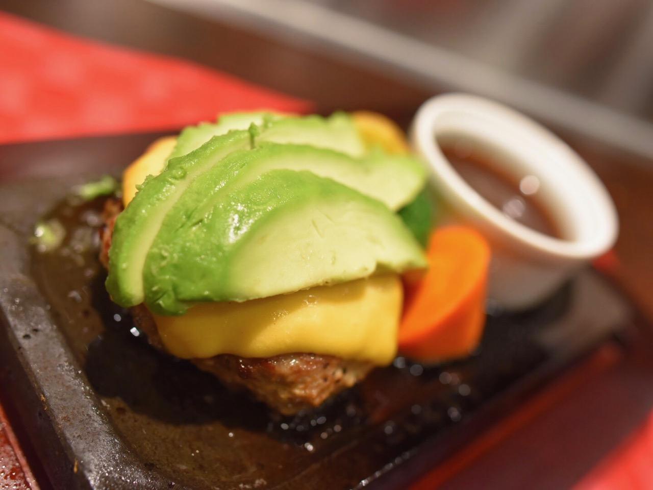 2位 レギュラーハンバーグ&アボカド・チェダーチーズトッピング 1,530円