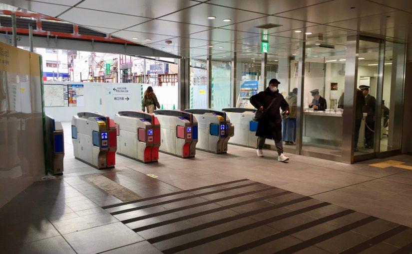クリスマスに風邪を引いた中の人がやっと下北沢駅東口を駆け抜けた。
